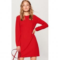 Czerwona sukienka - Czerwony. Czerwone sukienki marki Mohito, l, w koronkowe wzory. Za 99,99 zł.