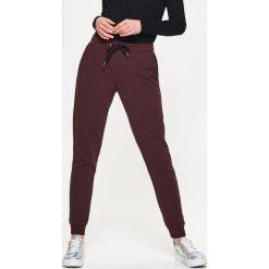 Spodnie dresowe damskie: Dresowe joggery – Brązowy