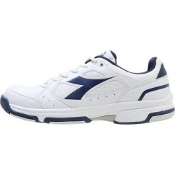 Diadora VOLEE Obuwie multicourt white/estate blue. Białe buty trekkingowe męskie Diadora, z materiału, outdoorowe. Za 229,00 zł.