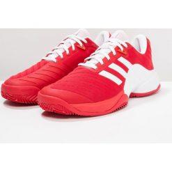 Adidas Performance BARRICADE 2018 CLAY Obuwie do tenisa Outdoor scarlet/footwear white. Czerwone buty do tenisa męskie adidas Performance, z gumy. W wyprzedaży za 389,40 zł.