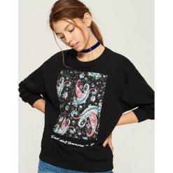 Bluza z kolorową aplikacją - Czarny. Czarne bluzy damskie Sinsay, l, z aplikacjami. W wyprzedaży za 19,99 zł.