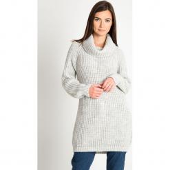 Jasnoszary długi sweter z golfem QUIOSQUE. Szare swetry oversize damskie QUIOSQUE, na zimę, z dzianiny. Za 219,99 zł.