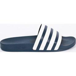 Adidas Originals - Klapki. Szare chodaki męskie adidas Originals, z materiału. W wyprzedaży za 119,90 zł.