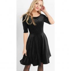 Sukienka w błyszczące groszki. Czarne sukienki koktajlowe marki Orsay, w grochy, z elastanu, z okrągłym kołnierzem, dopasowane. Za 159,99 zł.