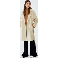 Długi płaszcz z flauszu z paskiem. Szare płaszcze damskie marki Pull&Bear. Za 249,00 zł.