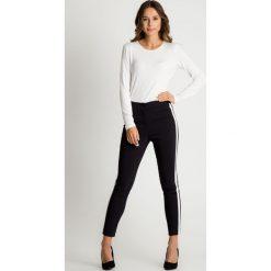Czarne spodnie z lampasami BIALCON. Czerwone rurki damskie marki BIALCON, na co dzień, oversize. Za 215,00 zł.