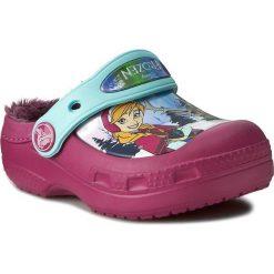 Kapcie CROCS - CC Frozen Lined Clog 201408 Berry. Różowe kapcie dziewczęce marki Crocs, z materiału. W wyprzedaży za 169,00 zł.