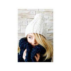 Czapki zimowe damskie: Czapka biała z pomponem