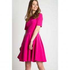 Rozkloszowana sukienka z krótkim rękawem  BIALCON. Czerwone sukienki balowe BIALCON, na co dzień, z tkaniny, z krótkim rękawem, mini, rozkloszowane. Za 315,00 zł.