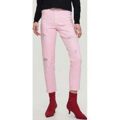 Boyfriendy damskie: Jeansy mom fit - Różowy