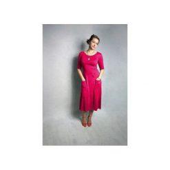 SUKIENKA ABO | Z KIESZENIAMI MIDI FUKSJA. Różowe sukienki na komunię marki numoco, l, z dekoltem w łódkę, oversize. Za 125,30 zł.