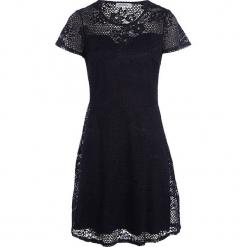 """Sukienka """"Linda"""" w kolorze granatowym. Niebieskie sukienki balowe marki Scottage, w koronkowe wzory, z koronki, z okrągłym kołnierzem, midi. W wyprzedaży za 99,95 zł."""