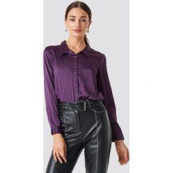 Rut&Circle Satynowa koszula Rebecka - Purple. Zielone koszule damskie marki Rut&Circle, z dzianiny, z okrągłym kołnierzem. Za 104,95 zł.
