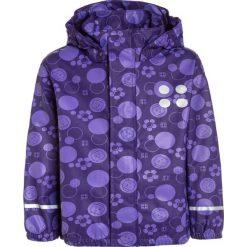 LEGO Wear JAMAICA  Kurtka przeciwdeszczowa dark purple. Fioletowe kurtki dziewczęce przeciwdeszczowe marki Jack Wolfskin, z hardshellu. Za 159,00 zł.