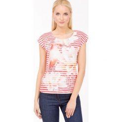 Prążkowany t-shirt z papugą. Szare t-shirty damskie Monnari, w kolorowe wzory, z bawełny, z dekoltem na plecach. Za 35,96 zł.