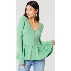 Storm&Marie Sweter z baskinką Nap - Green. Zielone swetry klasyczne damskie marki Storm&Marie, z nylonu, dekolt w kształcie v. W wyprzedaży za 210,78 zł.