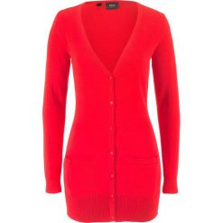 Długi sweter rozpinany bonprix truskawkowy. Czerwone kardigany damskie marki bonprix, w prążki. Za 59,99 zł.