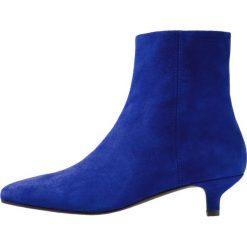 Vagabond MINNA Botki cobalt. Niebieskie botki damskie skórzane marki Vagabond, klasyczne. Za 499,00 zł.