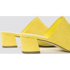 Chodaki damskie: NA-KD Shoes Klapki na niskim obcasie - Yellow