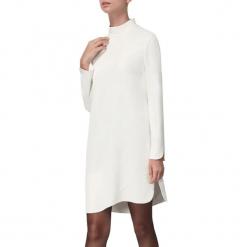 Sukienka w kolorze białym. Białe sukienki asymetryczne marki BOHOBOCO, z asymetrycznym kołnierzem, mini. W wyprzedaży za 959,95 zł.