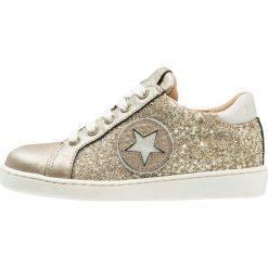 Bisgaard SHOE WITH LACES Tenisówki i Trampki gold glitter. Żółte buty sportowe dziewczęce Bisgaard, z materiału, klasyczne. W wyprzedaży za 359,10 zł.
