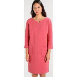 Josephine & Co ALICA DRESS Sukienka z dżerseju bridal rose. Czerwone sukienki z falbanami marki Josephine & Co, m, z bawełny. W wyprzedaży za 406,45 zł.