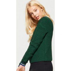 Sweter o drobnym splocie - Khaki. Brązowe swetry klasyczne damskie marki Cropp, l, ze splotem. Za 59,99 zł.