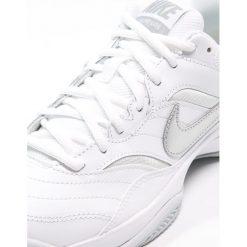Nike Performance COURT LITE CLY Obuwie do tenisa Outdoor white/matte silver. Białe buty trekkingowe damskie Nike Performance, z gumy, na golfa. Za 229,00 zł.