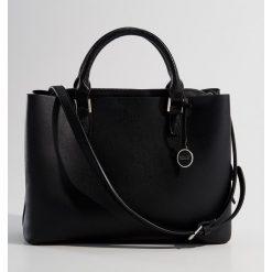 Torba City Bag z zawieszką - Czarny. Czarne torebki klasyczne damskie Mohito. Za 139,99 zł.