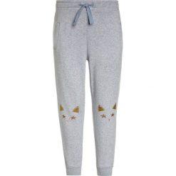 J.CREW CAT  Spodnie treningowe peri jasmine. Fioletowe jeansy chłopięce marki bonprix, z nadrukiem. Za 179,00 zł.