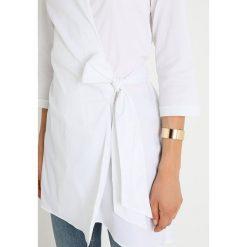 Stefanel CAMICIA CON FIOCCO Bluzka optical white. Białe bluzki damskie Stefanel, s, z bawełny. Za 539,00 zł.