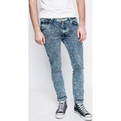 Wrangler - Jeansy Larston Glace Blue. Niebieskie jeansy męskie z dziurami Wrangler. W wyprzedaży za 239,90 zł.
