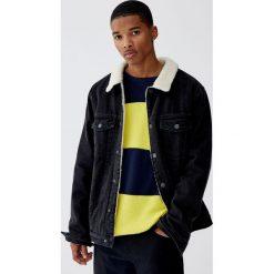 Dzianinowy sweter w szerokie paski z fakturą. Żółte swetry klasyczne męskie Pull&Bear, m, w paski, z dzianiny. Za 99,90 zł.