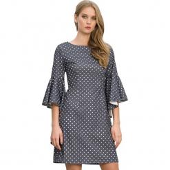 Sukienka w kolorze szarym. Szare sukienki marki Almatrichi, s, w kropki, z okrągłym kołnierzem, midi, proste. W wyprzedaży za 199,95 zł.
