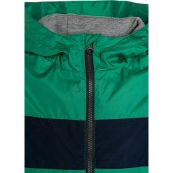 GAP Kurtka przejściowa parrot green. Zielone kurtki chłopięce przeciwdeszczowe GAP, z materiału. W wyprzedaży za 146,30 zł.
