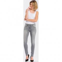 """Dżinsy """"Melinda"""" - Skinny fit - w kolorze jasnoszarym. Szare rurki damskie marki Cross Jeans, z aplikacjami. W wyprzedaży za 136,95 zł."""