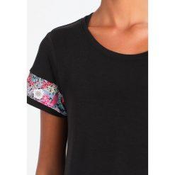 ASICS Tshirt z nadrukiem performance black. Czarne topy sportowe damskie Asics, xl, z nadrukiem, z elastanu. W wyprzedaży za 148,85 zł.