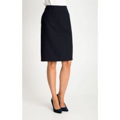 Granatowa spódnica z delikatnym wzorem QUIOSQUE. Białe spódniczki ołówkowe QUIOSQUE, z nadrukiem, z tkaniny, biznesowe. W wyprzedaży za 99,99 zł.