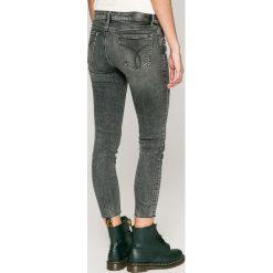 Calvin Klein Jeans - Jeansy Divisio. Białe jeansy damskie rurki Calvin Klein Jeans, z bawełny. W wyprzedaży za 399,90 zł.