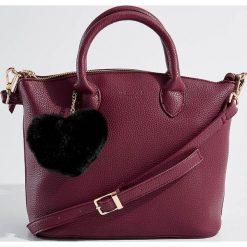 Torba z pomponem - Fioletowy. Fioletowe torebki klasyczne damskie Mohito, z pomponami. Za 119,99 zł.