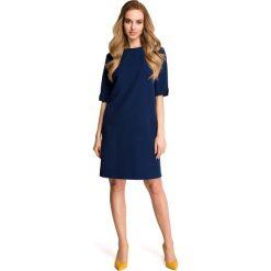 ELDORA Sukienka pudełkowa z dekoltem w serek z tyłu - granatowa. Niebieskie sukienki marki Stylove, na co dzień, s, dekolt w kształcie v. Za 179,90 zł.