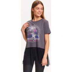 T-shirty damskie: T-SHIRT DAMSKI Z NADRUKIEM, Z TIULOWA FALBANKĄ W KROPKI
