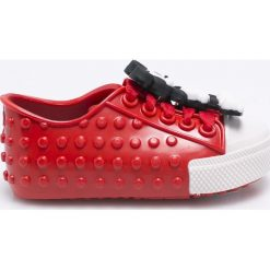 Melissa - Tenisówki dziecięce Polibolha + Disney. Czerwone buty sportowe dziewczęce Melissa, z motywem z bajki, z kauczuku, z okrągłym noskiem. W wyprzedaży za 329,90 zł.