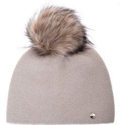 Jasnobeżowa gładka czapka z pomponem QUIOSQUE. Niebieskie czapki damskie QUIOSQUE, z dzianiny. Za 99,99 zł.