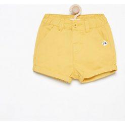 Krótkie spodenki - Żółty. Żółte spodenki chłopięce Reserved, krótkie. W wyprzedaży za 19,99 zł.