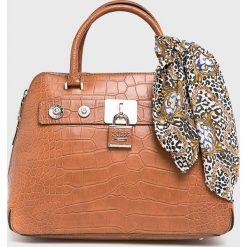 Guess Jeans - Torebka. Pomarańczowe torebki klasyczne damskie Guess Jeans, z aplikacjami, z bawełny, średnie. Za 699,90 zł.