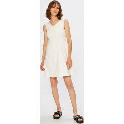 Vila - Sukienka Atlia. Szare sukienki mini marki Vila, na co dzień, z elastanu, casualowe, rozkloszowane. W wyprzedaży za 139,90 zł.