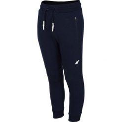 Spodnie dresowe dla dużych chłopców JSPMD216 - ciemny granat. Czarne dresy chłopięce marki 4F JUNIOR, z bawełny. Za 49,99 zł.