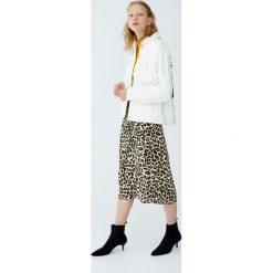 Kurtka jeansowa z kołnierzem z barankiem. Szare kurtki damskie jeansowe marki Pull&Bear. Za 229,00 zł.