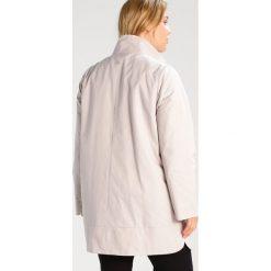 Persona by Marina Rinaldi TAGO Krótki płaszcz ice beige. Brązowe płaszcze damskie pastelowe Persona by Marina Rinaldi, z bawełny. W wyprzedaży za 734,30 zł.